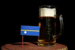 Nauru flaga z piwnym kubkiem na czerni Obrazy Royalty Free