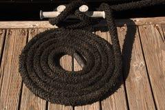 Nautique noir attaché sur le dock Image libre de droits