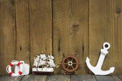 Nautisk eller maritim garnering på en gammal träbakgrund. Royaltyfri Bild