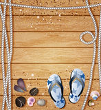 Nautisk gräns med badskor, kiselstenar, havsskal och rep på en bakgrund av träbräden med copyspace för din text Fotografering för Bildbyråer