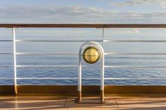 Nautisk vit utomhus- däcklampa med mässingsmetall som ombord passar kryssningskeppet royaltyfria foton