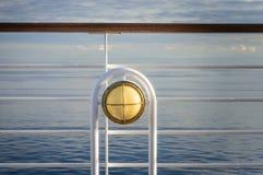 Nautisk vit utomhus- däcklampa med mässingsmetall som ombord passar kryssningskeppet arkivbilder