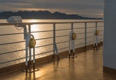 Nautiskt däck för kryssningskepp som tänder metall och mässingsyttre fasta tillbehör royaltyfri bild