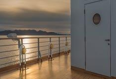 Nautiskt däck för kryssningskepp som tänder metall och mässingsyttre fasta tillbehör royaltyfri foto