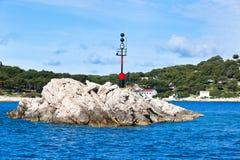 Nautiskt faratecken på en vagga i havet royaltyfria bilder