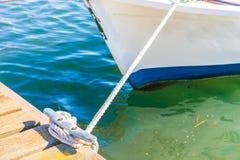 Nautiskt fartygrep som binds på dubben på träbryggan arkivfoto
