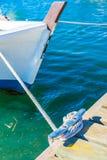 Nautiskt fartygrep som binds på dubben på träpir arkivfoton