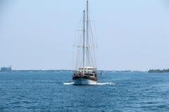 Nautiskt landskap med den retro segelbåten Havsresa på seglingyachten - lyxig livsstil i sommar Kust nära öar, mjuk ligh Arkivfoto