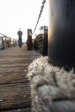 Nautiskt rep och man på skeppsdocka royaltyfri bild