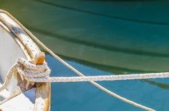 Nautiskt rep som binds på den trädubben för fartygdäck på kusten arkivfoton