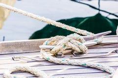 Nautiskt rep som binds på dubben på trädäcket av fartyget fotografering för bildbyråer
