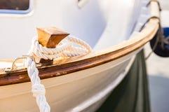 Nautiskt rep som knytas på träfartygdubben royaltyfria bilder