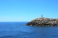 Nautiskt tecken på en liten stenig ö i det medelhavs- arkivbild