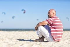 Nautiskt tema Barn vilar Nordsj?n En ung man som vilar på stranden germany royaltyfri fotografi