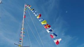 Nautyczne flaga przeciw niebieskiemu niebu