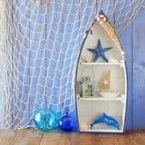 Nautyczny łódkowaty kształt odkłada i nautyczny życie styl protestuje na drewnianym stole Rocznik filtrujący fotografia stock