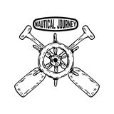 Nautyczny podróż emblemat z statku ` s kierownicą z krzyżującymi paddles Projektuje element dla plakata, znak, odznaka royalty ilustracja