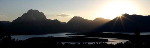 Nauwkeurig vastgesteld van licht gepiep door een bergketen Royalty-vrije Stock Foto's