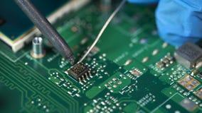 nauwkeurigheid Elektronische laboratorium werkende plaats met soldeerbout en kringsraad stock footage