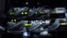 Nav för anslutning för suddighetsEthernetnätverk Blinkaljus i en mörk server hyr rum, närbildsikten av Ethernetkablar som bindas  arkivfilmer
