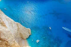 Navagio海湾和船在夏天击毁海滩 扎金索斯州,希腊最著名的自然地标  免版税库存照片