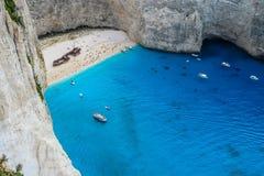 Navagio海湾和船在夏天击毁海滩 扎金索斯州,希腊最著名的自然地标  免版税库存图片