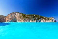 Navagio海滩蓝色盐水湖在扎金索斯州的 库存图片
