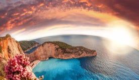 Navagio plaża z shipwreck i kwiatami na Zakynthos wyspie, Grecja zdjęcie royalty free