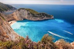 Navagio plaża z shipwreck i kwiatami na Zakynthos wyspie, Grecja zdjęcia stock