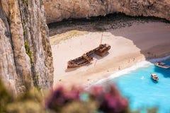 Navagio plaża z shipwreck i kwiatami na Zakynthos wyspie, Grecja obrazy royalty free