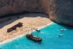 Navagio Strand Altes Schiff und touristische Boote auf der Küste von Zakynthos lizenzfreie stockfotos