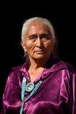 Navajo-Ältestes, das handgemachte traditionelle Schmucksachen trägt stockfotografie