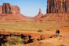 Navajo Indiër bij de Vallei van het Monument Stock Foto's
