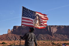 Navajo Indiër die de Amerikaanse Vlag opheffen Stock Foto's