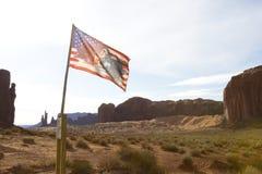 Navajonationflaggan med vaggar Mesas arkivfoto