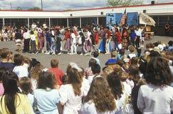 Navajoskolabarn i en procession Arkivbilder