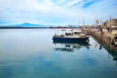 Navarinou路风景在卡拉迈伯罗奔尼撒希腊 免版税库存图片