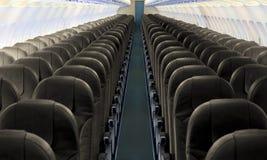 Navata laterale dell'aeroplano con la fila dei sedili Fotografia Stock Libera da Diritti