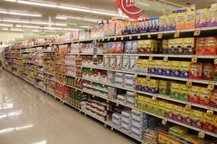 Navata laterale di acquisto del supermercato Fotografie Stock