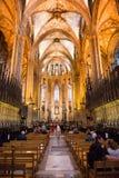 Navata laterale e banchi di chiesa dentro la cattedrale di Barcellona Fotografia Stock