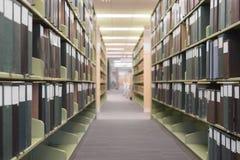 Navata laterale lunga delle biblioteche defocused Immagine Stock Libera da Diritti