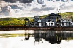 Nave abandonada vieja en la reflexión del muelle en agua Imagen de archivo libre de regalías