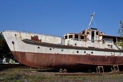 Nave abbandonata arrugginita sulla spiaggia in Sukhum, Abkhazia Immagine Stock