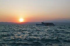 Nave alla polizia del lago sul tramonto Fotografia Stock Libera da Diritti