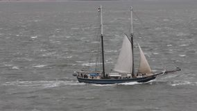 Nave alta che naviga fuori da Vlissingen, Paesi Bassi archivi video