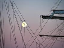 Nave alta dell'yacht di navigazione illuminata dalla luce di una luna piena Immagini Stock Libere da Diritti