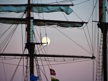 Nave alta dell'yacht di navigazione illuminata dalla luce di una luna piena Fotografia Stock Libera da Diritti