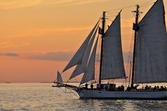 Nave alta della goletta della barca a vela di tramonto Fotografia Stock Libera da Diritti