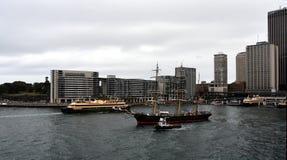 Nave alta di James Craig e traghetto virile che navigano fuori Fotografie Stock Libere da Diritti