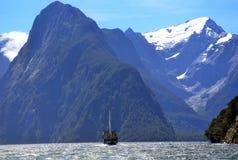 Nave alta su Milford Sound, Nuova Zelanda Fotografia Stock Libera da Diritti
